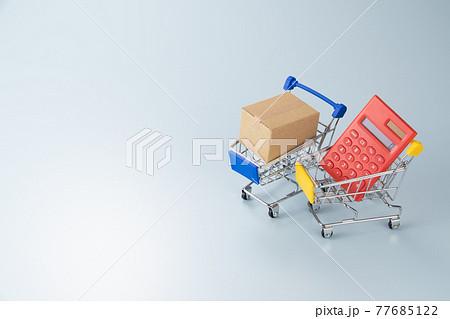 ショッピングカートと電卓と段ボール箱 買い物のイメージ 77685122