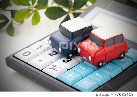 車のおもちゃと電卓 イメージ写真 77685418