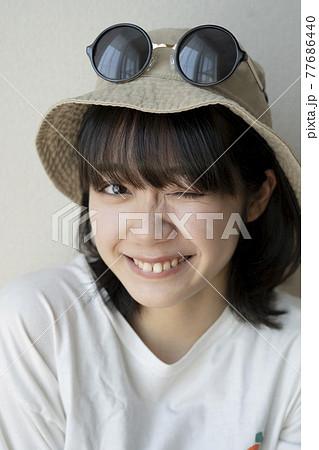 帽子をかぶった女性のポートレート 77686440