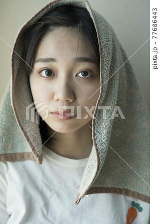 頭にタオルを乗せる女性 77686443