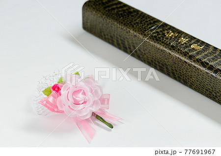 卒業証書と記念のブーケ 77691967