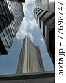 大都会の狭い青空と高層ビルと高速道路 77698747