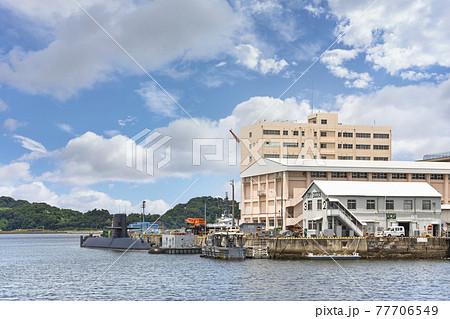 [神奈川・横須賀] 横須賀海軍施設で海上自衛隊第2潜水隊群司令部の前に停泊中の潜水艦たかしお。 77706549