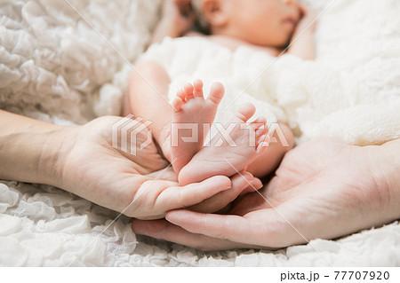 新生児と両親 77707920