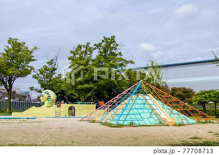 公園のスフィンクスとピラミッド 77708713