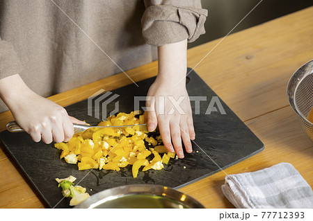 キッチンの女性 77712393