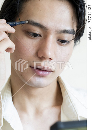 メイクをする男性 77714427