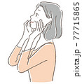 頬に手を当てるシニア女性 77715865