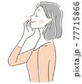 頬に手を当て気持ちよく目を閉じるシニア女性 77715866