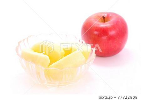 サンふじ 赤いリンゴ カット 剥き デザート 明るい背景 77722808