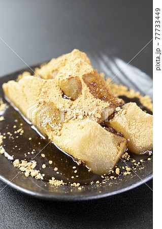 おいしいきな粉をまぶし黒蜜をかけた本わらび餅 77733449