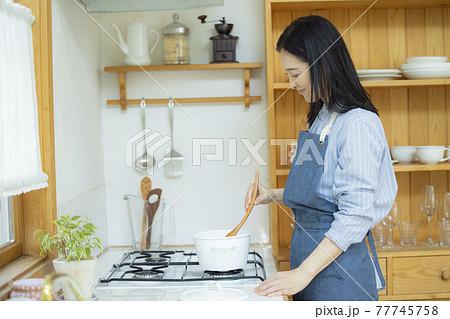 キッチンの女性 77745758