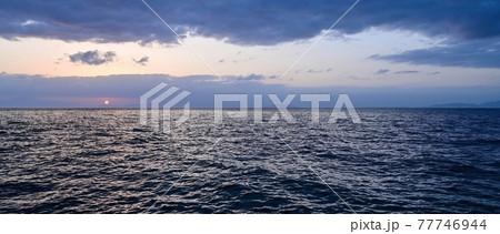 琵琶湖に昇る朝日のパノラマ情景@滋賀 77746944