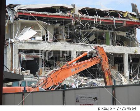 平成28年熊本地震で倒壊した熊本市東区の健軍商店街にあるスーパーの立体駐車場 77754864