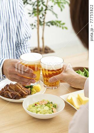 ビールで晩酌する夫婦 77755822