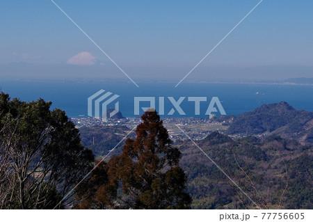 千葉県の富山から見る東京湾越しの富士山 77756605