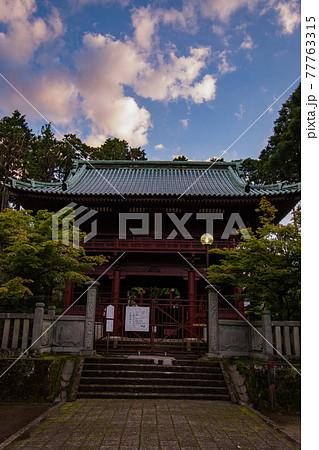千葉県君津市鹿野山にある関東最古の名刹の鹿野山神野寺での早朝の仁王門 77763315