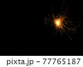 暗闇で弾け飛ぶ手持ち花火の光 77765187
