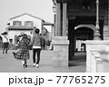 楽しそうに歩くカップルのモノクロ写真 77765275