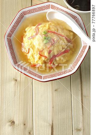 熱々餡かけ中華風オムライス、天津飯と中華スープのセットと散蓮華を俯瞰で撮影 77766897
