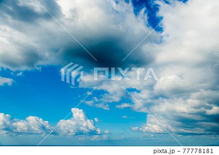 【入道雲がくずれた夏~秋の青空 空背景や空合成素材】 77778181