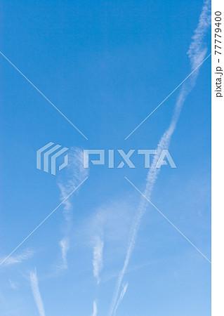 航空ショーの跡、青空と直線的な雲 77779400