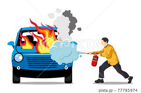소화기로 차에 난 불을 끄는 사람 77785974
