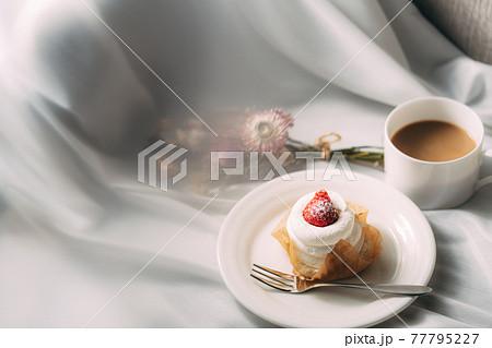 コーヒーとスイーツ イチゴのショートケーキ 77795227