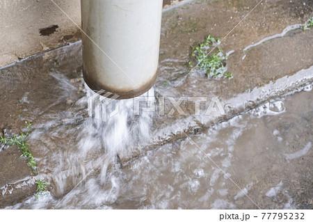 排水管から雨水が勢いよくでているイメージ 77795232