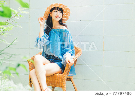 夏ファッションの女性 77797480