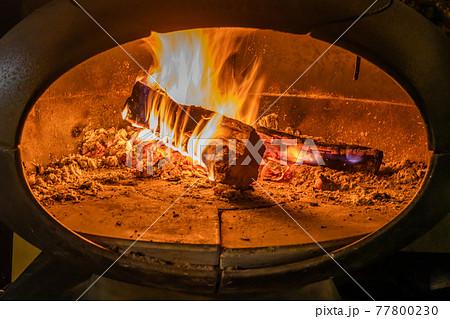 暖炉の炎 Burning firewood in the fireplace  77800230