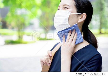 ハンカチで汗を拭く女性 77805015