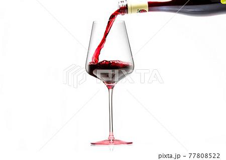 ワイングラスにワインを注ぐ 77808522