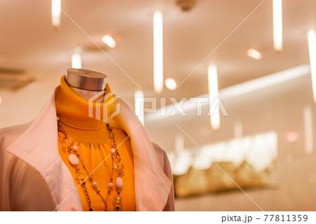 洋品店のピンクのコートを着た女性マネキン 77811359