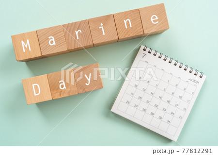 海の日 2021年|「Marine Day」と書かれた積み木とカレンダー 77812291