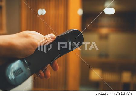 飲食店と受話器 77813775
