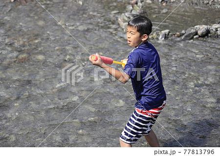 水鉄砲で川遊びをする小学生(5年生) 77813796