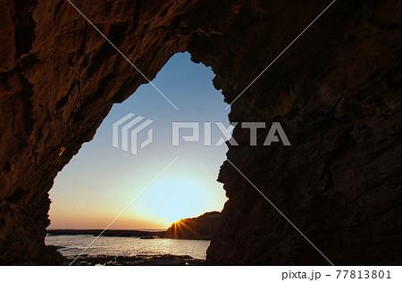 志原海岸 海蝕洞「鳥毛洞窟」からの夕日 77813801