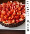 苺のカスタードココアタルト(縦位置アップ) 77813988
