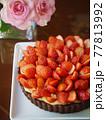 苺のカスタードココアタルト(縦位置) 77813992