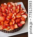 苺のカスタードココアタルト(縦位置ハイアングル) 77813993