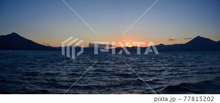 湖岸から見た支笏湖の日没後のパノラマ夕焼け情景@北海道 77815202