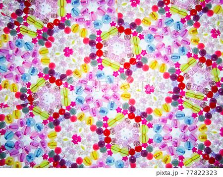 万華鏡で見た花と玉のビーズ 77822323