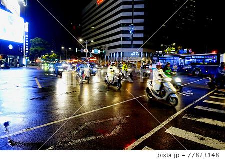 多くのバイクが走ることで有名な台湾の道路の風景 77823148