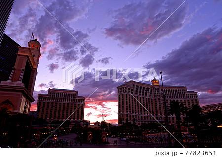 マジックアワーの幻想的な光に包まれたラスベガス中心部フォーコーナー付近の風景 77823651