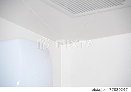 浴室の天井の隅が黒カビで少し汚れている状態 77829247