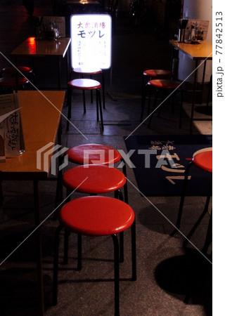 オープンな飲み屋の紅い3連の椅子 77842513