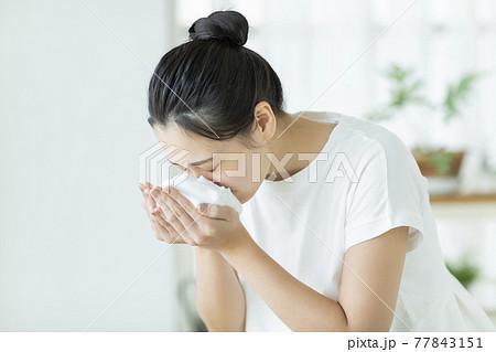 洗顔をする若い女性 77843151