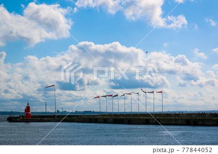 デンマーク ヘルシンゲルの港にたなびく旗 77844052