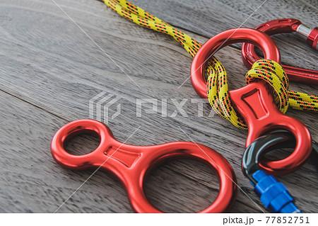 クライミング道具 エイトカン ロープ木目背景素材 77852751